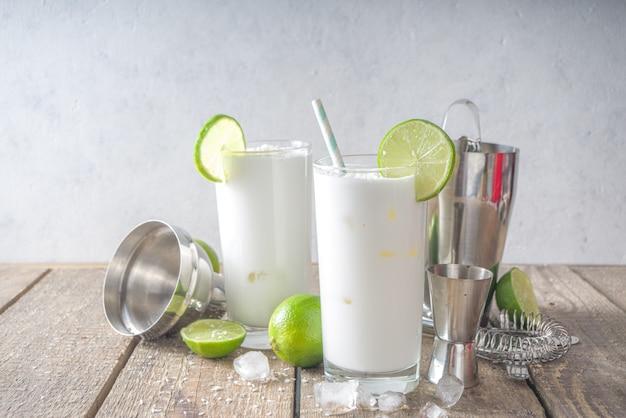 Francuska Soda Kokosowo-limonkowa, Brazylijska Biała Lemoniada, Mojito Kokosowe, Vegan Trendy Drink Z Mlekiem Kokosowym I Limonką Premium Zdjęcia