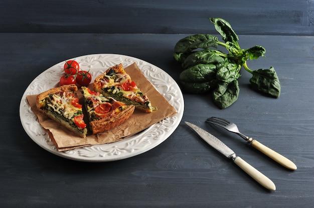 Francuski Quiche Z Jajkami, świeżym Szpinakiem, Pomidorami, Bekonem Premium Zdjęcia