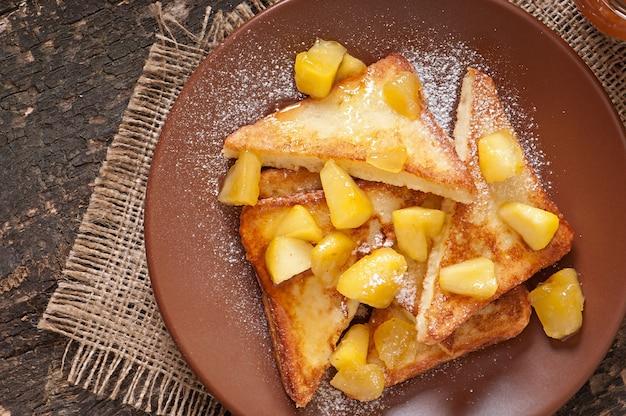 Francuskie Tosty Z Karmelizowanymi Jabłkami Na śniadanie Darmowe Zdjęcia