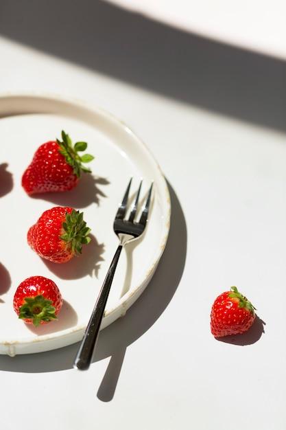 Francuskie Tosty Z Ricottą I Truskawkami Podawane Z Miodem. Dieta Pyszna Letnia Przekąska. Premium Zdjęcia