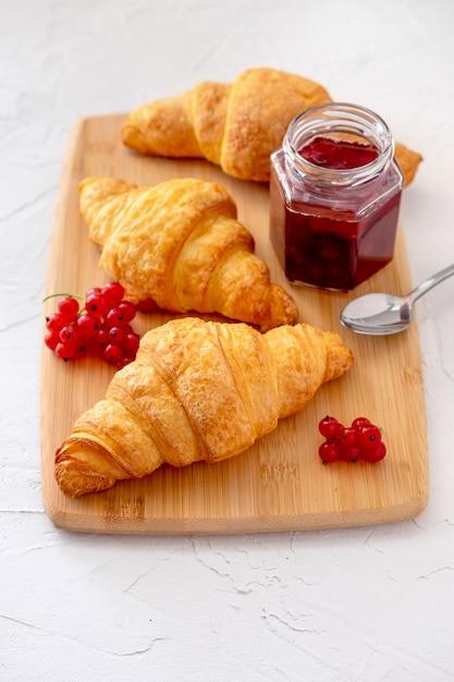 Francuskie zdrowe śniadanie z jagodami, croissanstami i dżemem Premium Zdjęcia