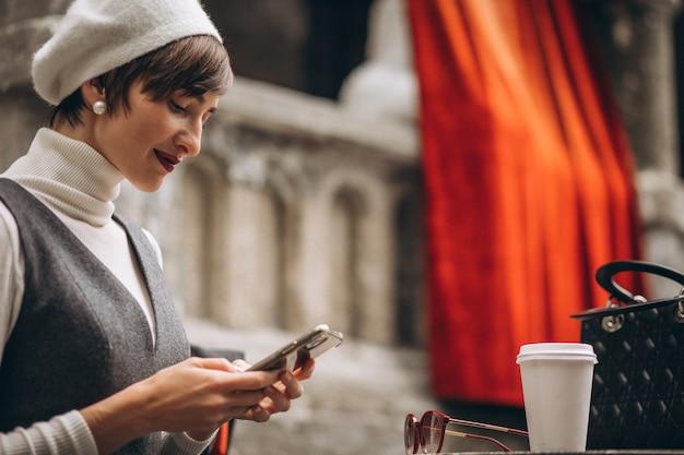 Francuzka Pije Kawę W Kawiarni Na Tarasie Darmowe Zdjęcia