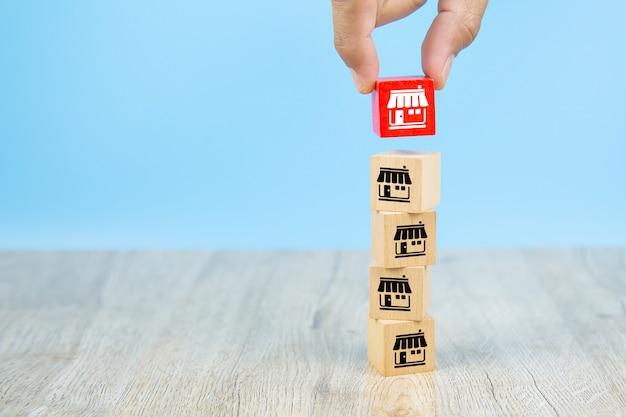 Franczyza Biznes, Ręka Biznesmen Wybiera Reg Kolor Drewniany Zabawkowy Blog Ułożone Z Ikonami Marketingu Franczyzy Sklep. Premium Zdjęcia