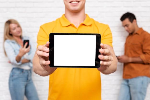 Frontowego widoku mężczyzna trzyma pastylkę z egzaminem próbnym Darmowe Zdjęcia