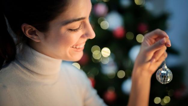 Frontowego Widoku Młoda Kobieta Dekoruje Drzewa Z Kulą Ziemską Darmowe Zdjęcia