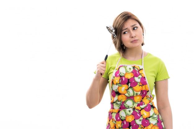 Frontowego Widoku Młoda Piękna Gospodyni Domowa W Zielonego Koszulowego Kolorowego Przylądka Uśmiechniętego Mienia Kuchennego Urządzenia Główkowaniu Na Białym Tło Domu Cleaning Kuchni Darmowe Zdjęcia