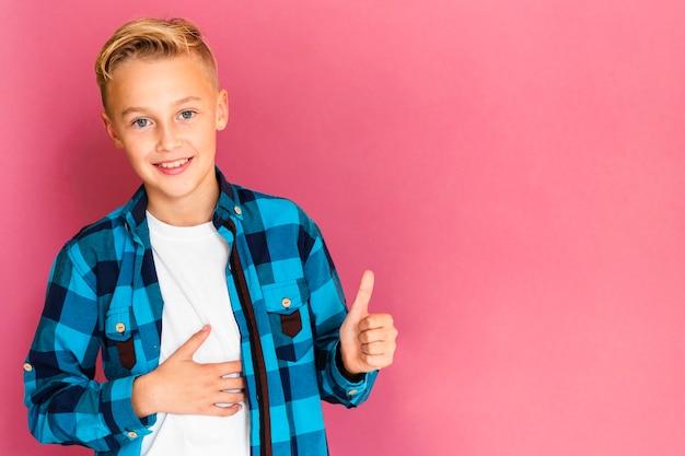 Frontowego widoku smiley chłopiec pokazuje ok znaka Darmowe Zdjęcia