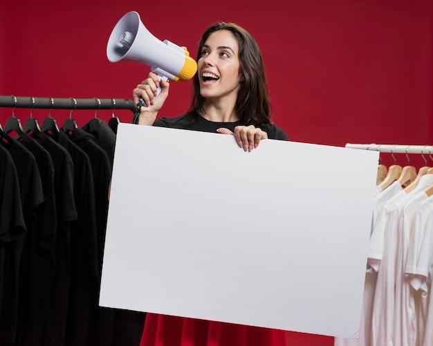 Frontowego widoku smiley kobieta krzyczy z megafonem przy zakupy Darmowe Zdjęcia