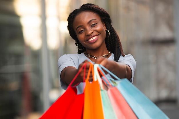 Frontowego widoku smiley kobieta patrzeje kamerę Darmowe Zdjęcia