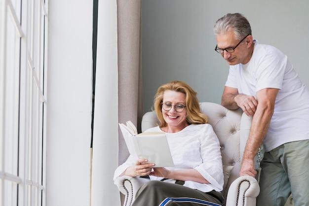 Frontowego widoku starsza para czyta książkę Darmowe Zdjęcia
