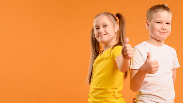 Frontowego Widoku Szczęśliwa Chłopiec I Dziewczyna Pokazuje Aprobaty Darmowe Zdjęcia