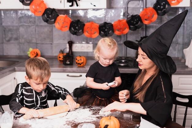 Frontowy widok matka i jej dzieci robi halloween ciastkom Darmowe Zdjęcia