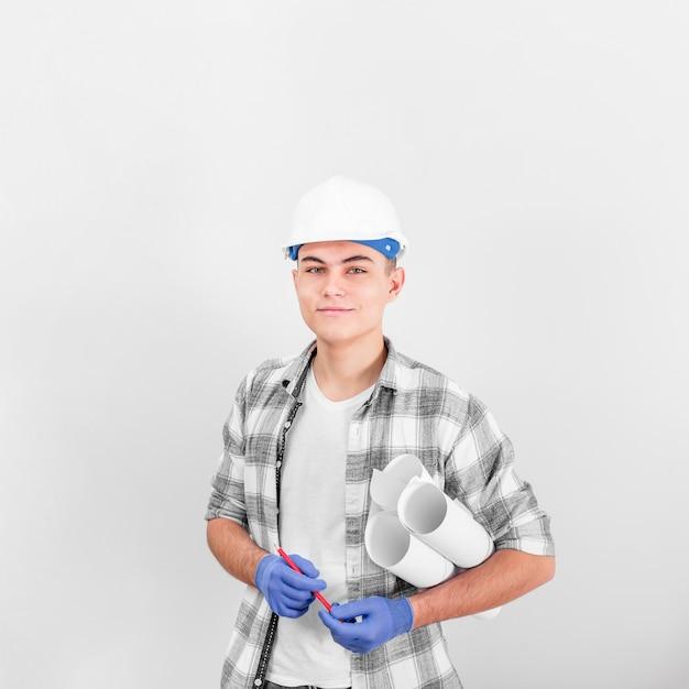 Frontowy Widok Młody Pracującego Mężczyzna Ono Uśmiecha Się Darmowe Zdjęcia