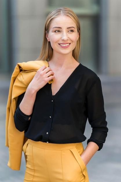 Frontowy Widok Smiley Biznesowa Kobieta Pozuje Outdoors Darmowe Zdjęcia