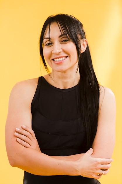 Frontowy Widok Smiley Sportowa Kobieta W Gym Stroju Darmowe Zdjęcia