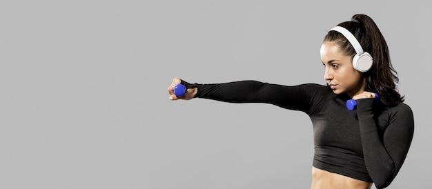 Frontowy Widok Sporty Kobieta Z Kopii Przestrzenią Premium Zdjęcia