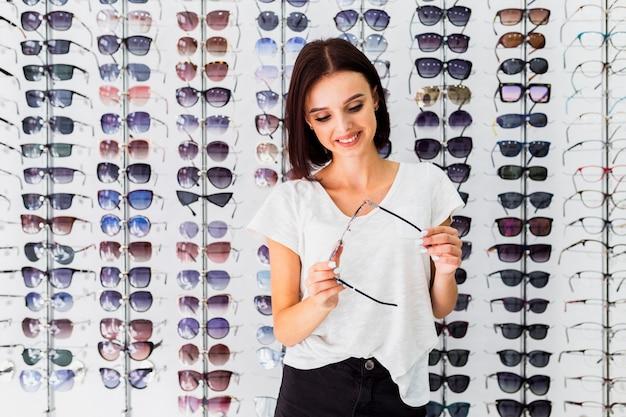 Frontowy Widok Sprawdza Okulary Przeciwsłonecznych Kobieta Darmowe Zdjęcia