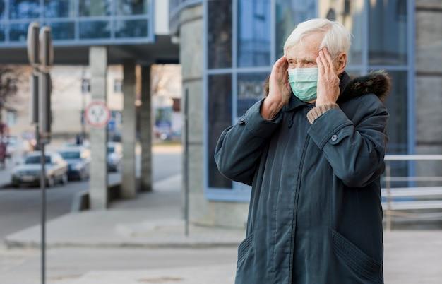 Frontowy Widok Starsza Kobieta Jest Ubranym Medyczną Maskę W Mieście Darmowe Zdjęcia