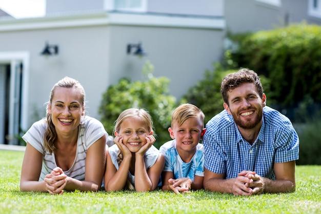 Frontowy Widok Szczęśliwy Rodzinny Lying On The Beach W Jardzie Premium Zdjęcia