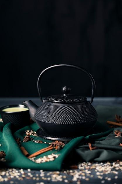 Frontowy widok tradiotional czajniczek z copyspace Darmowe Zdjęcia