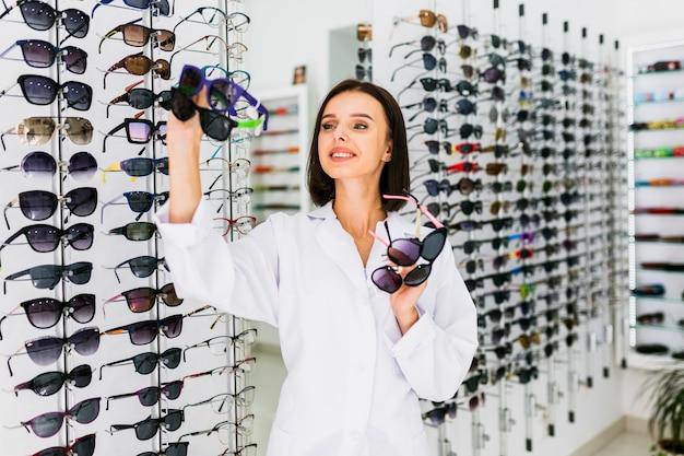Frontowy Widok Trzyma Okulary Przeciwsłoneczne Pary Optyk Darmowe Zdjęcia