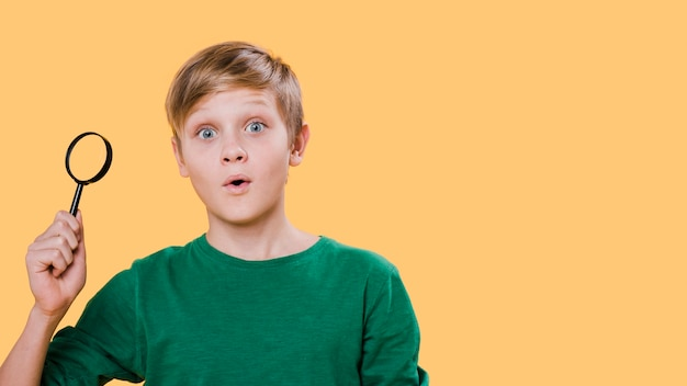 Frontowy Widok Trzyma Powiększać Chłopiec Z Kopii Przestrzenią Chłopiec Darmowe Zdjęcia