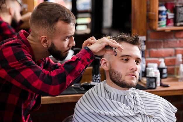 Fryzjer Dbający O Włosy Klientów Darmowe Zdjęcia