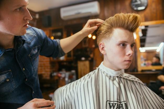 Fryzjer Fryzjer Rudy Nastolatek Fryzjer W Sklepie Fryzjer Premium Zdjęcia
