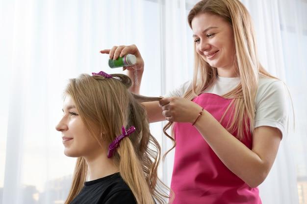 Fryzjer Nakłada Na Włosy Klientki Puder Zwiększający Objętość Premium Zdjęcia