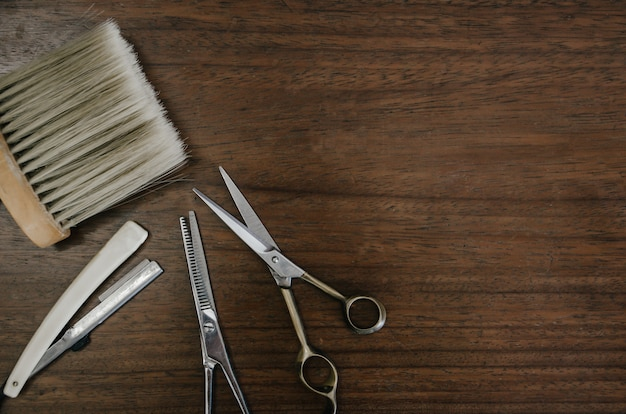 Fryzjer Narzędzia Na Drewnianym Stole Premium Zdjęcia