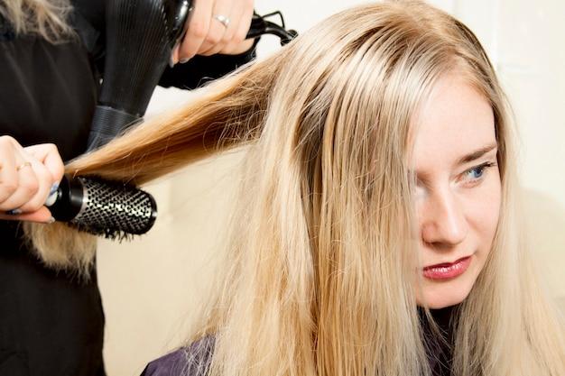 Fryzjer Ręce Suszenia Długie Blond Włosy Premium Zdjęcia
