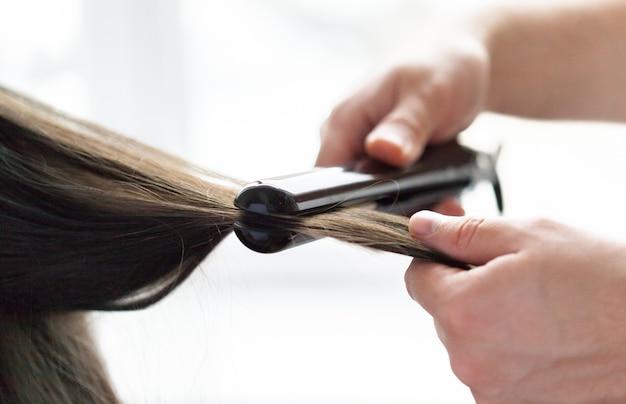 Fryzjer robi fryzurę kobiety Premium Zdjęcia