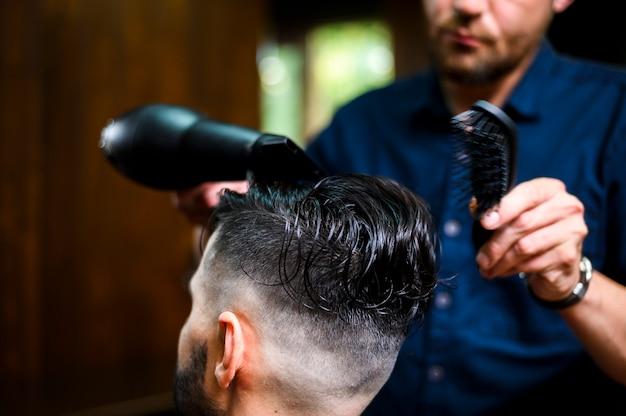 Fryzjer Suszący Włosy Swojego Klienta Darmowe Zdjęcia