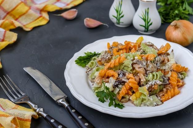 Fusilli Stubarwny Makaron Z Warzywami W Białym Talerzu Na Ciemnym Tle Premium Zdjęcia