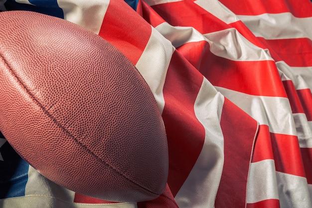 Futbol amerykański na starej amerykańskiej flagi chwały Premium Zdjęcia