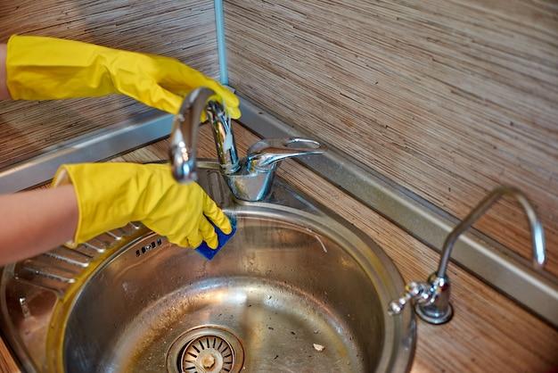 Gąbka do naczyń z mydłem do mycia naczyń Premium Zdjęcia