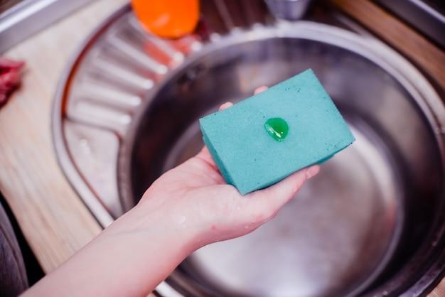 Gąbka do naczyń z mydłem do mycia naczyń. Premium Zdjęcia