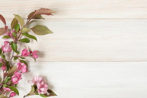 Gałąź Kwitnie Jabłoń Na Drewnianym Stole. Leżał Płasko Premium Zdjęcia