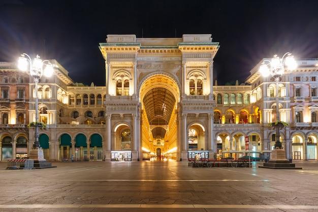 Galleria Vittorio Emanuele Ii Nocą W Mediolanie W Lombardii We Włoszech Premium Zdjęcia