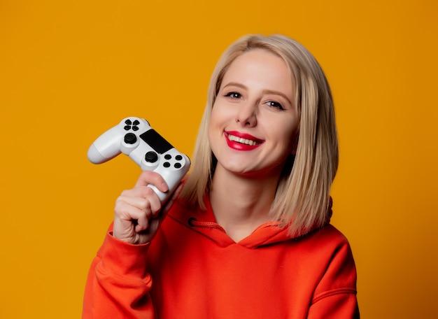 Gamer Dziewczyna Z Białym Gamepad Premium Zdjęcia
