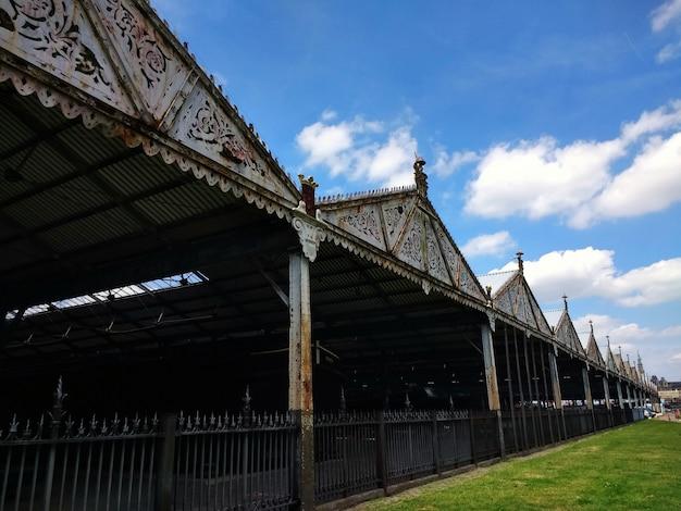 Garaże Otoczone Trawnikiem W Słońcu W Antwerpii W Belgii Darmowe Zdjęcia