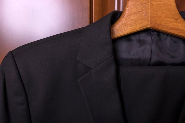 Garnitur męski klapowe szpilki zbliżenie dopasowanego garnituru i krawata korporacyjnego spotkania Premium Zdjęcia