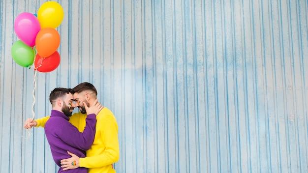 Gejów Przytulanie I Trzymając Kolorowe Balony Darmowe Zdjęcia