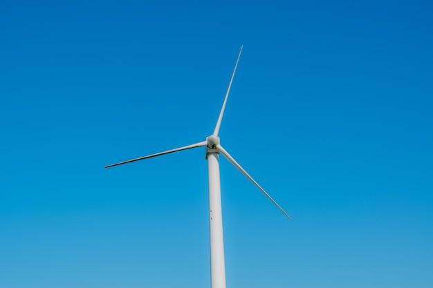 Generator Wiatrowy Znajduje Się Na Tle Przyrody Premium Zdjęcia