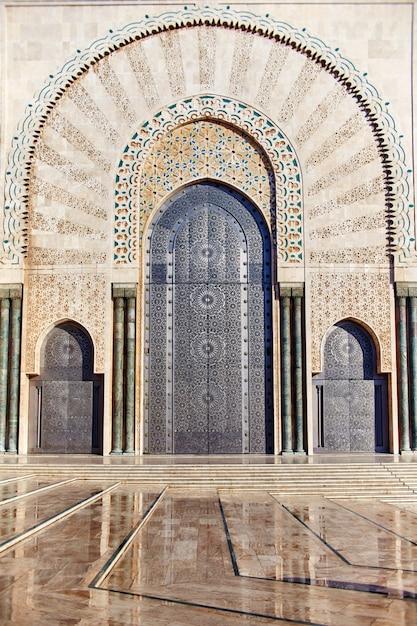Geometryczna Mozaika Muzułmańska W Islamskim Meczecie, Piękny Arabski Wzór Kafelkowy I Mozaika Na ścianie I Drzwiach Meczetu W Mieście Casablanca, Maroko Premium Zdjęcia