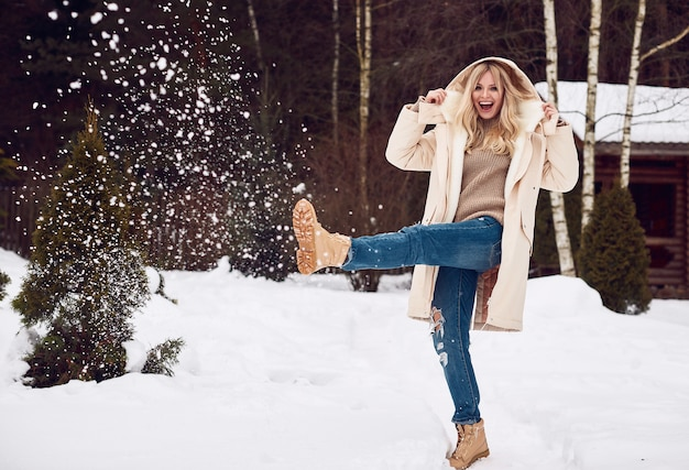 Georgeous elegancka blondynka w jasnej zimowej sukience Premium Zdjęcia
