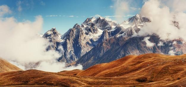 Gęsta Mgła Na Przełęczy Goulet. Georgia, Swanetia. Europa. Premium Zdjęcia