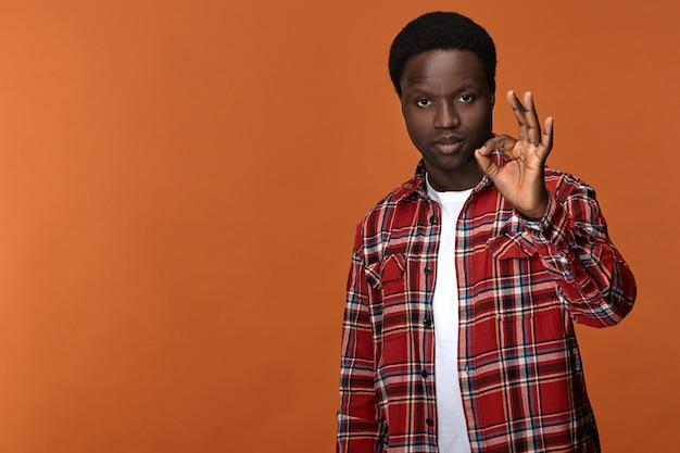Gesty, Znaki, Symbole I Język Ciała. Pewny Siebie, Poważny, Atrakcyjny Mężczyzna Afroamerykanin łączący Kciuk I Palec Wskazujący W Kółko, Mówiąc, że Wszystko Jest W Porządku. Darmowe Zdjęcia