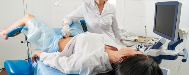 Ginekolog Robi Badanie Ultrasonograficzne Dla Kobiety W Ciąży Premium Zdjęcia