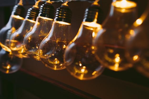 Girlanda żarówek w ciemności Premium Zdjęcia